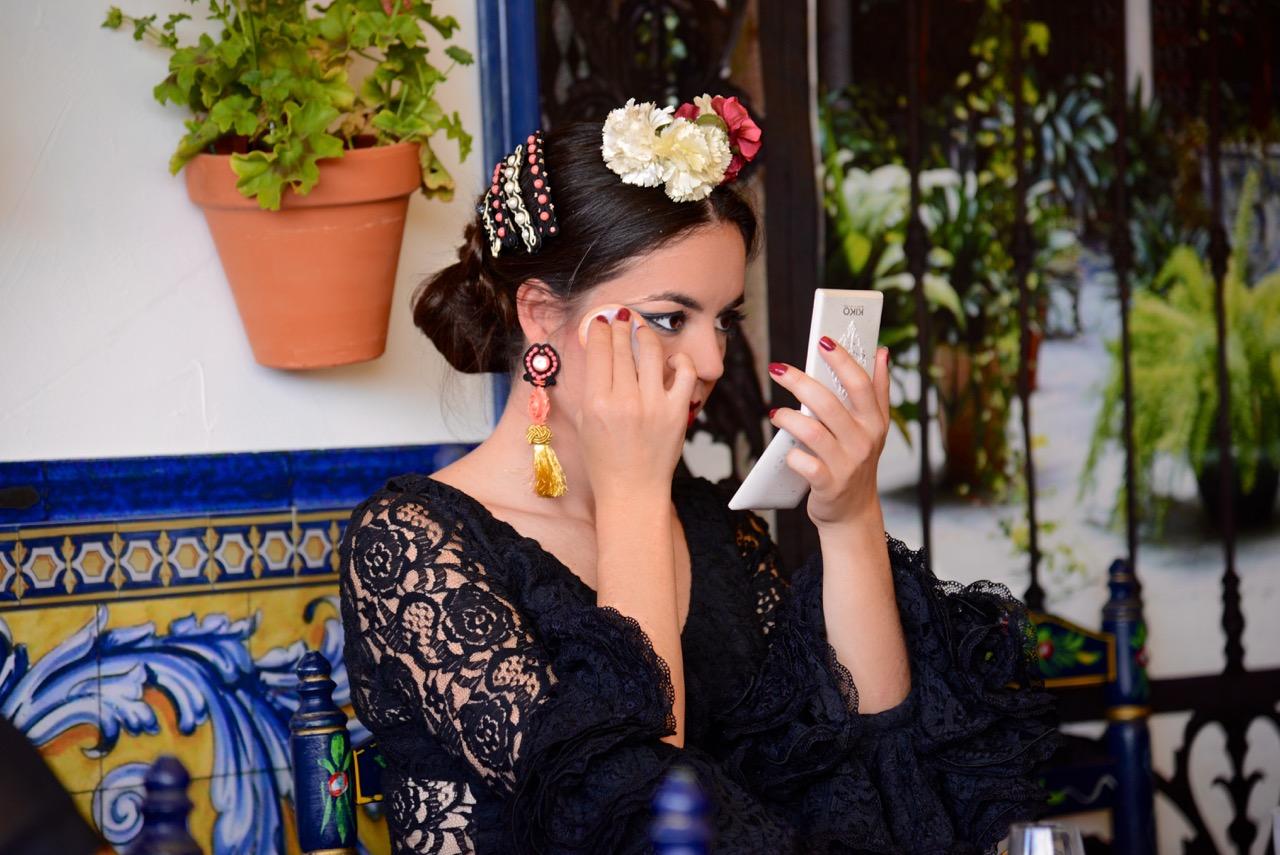 Claudia Alfaro Entre cirios y volantes