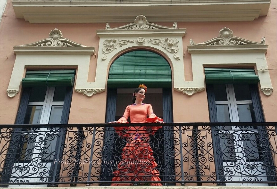 Entre cirios y volantes Feria de Sevilla 2015